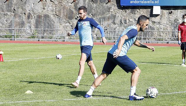 Cristian Martínez i Sergio Moreno, durant la darrera sessió d'entrenament de la selecció al Comunal abans de viatjar a Letònia.