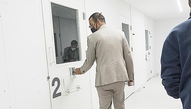 El ministre Torres provant d'obrir una cel·la.