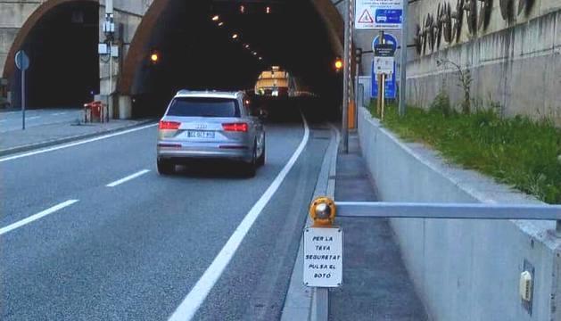 El botó amb el qual els ciclistes poden advertir la seva presència als vehicles.