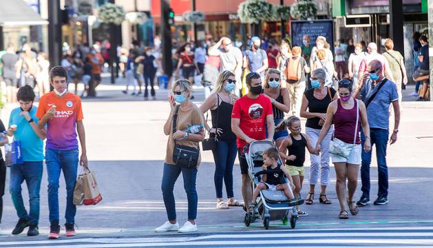 Turistes a l'avinguda Meritxell.
