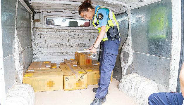 Una agent de la duana fent un control de mercaderies.
