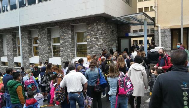 Les cues a la porta de l'escola francesa d'Escaldes