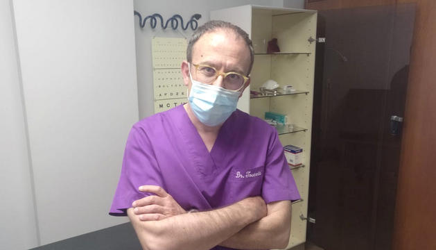 El president dels metges a la consulta.