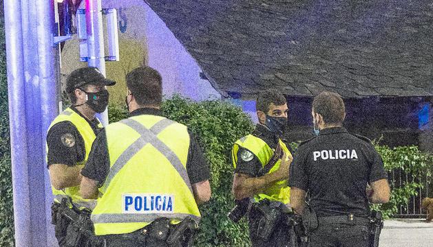 Agents de policia durant un control.