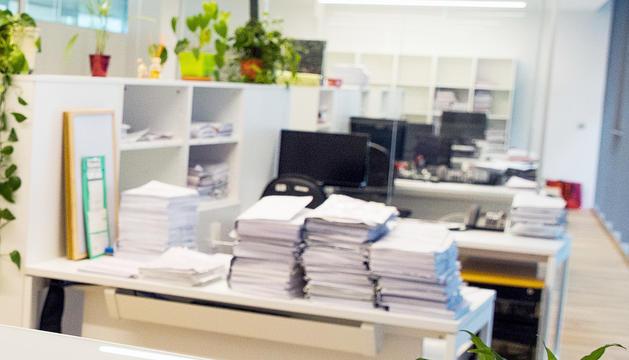 Documents judicials amuntegats en una taula.