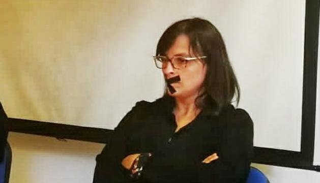 Mendoza s'ha posat un esparadrap a la boca per escenificar la falta de llibertat a Andorra