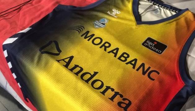La tercera equipació del MoraBanc, amb el nom de 900 aficionats.