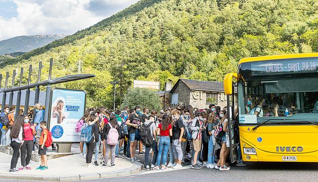 Cues i aglomeracions d'estudiants de l'escola andorrana de Santa Coloma per fer ús del bus lliure.