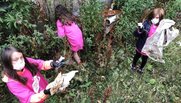 Escolars amb la brossa que han trobat a la natura