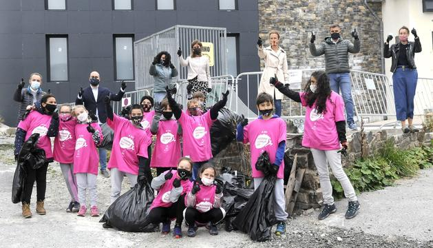 Alumnes del Pas amb les bosses plenes dels residus recuperats