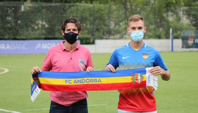 El nou jugador tricolor, Ruben Enri, amb el director esportiu, Jaume Nogués.