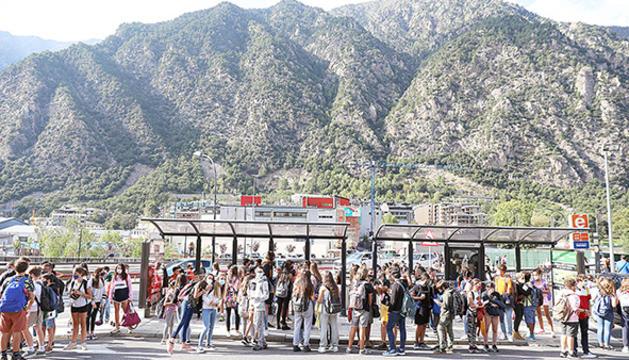 Alumnes a la parada de bus aquesta setmana.