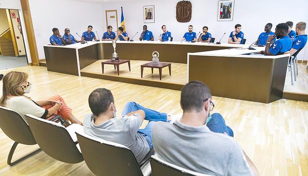 La plantilla del MoraBanc Andorra va oferir ahir al comú de la capital els trofeus de la Lliga Catalana.