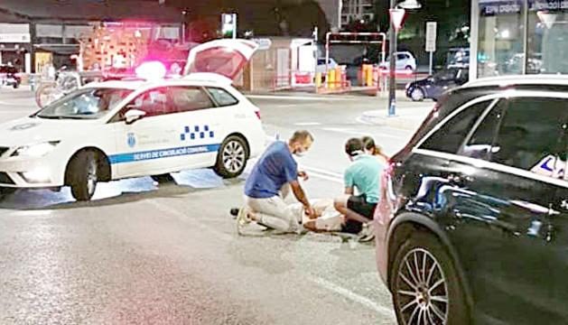 Dues persones atenen la que va ser atropellada mortalment.