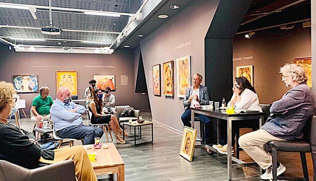 L'aperitiu conversatori que ha organitzat Artalroc per clausurar l'exposició de Joan Monegal.