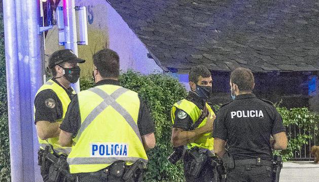 Agents de la policia en un control.