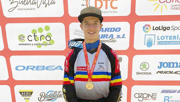 Arnau Graslaub amb la medalla d'or.