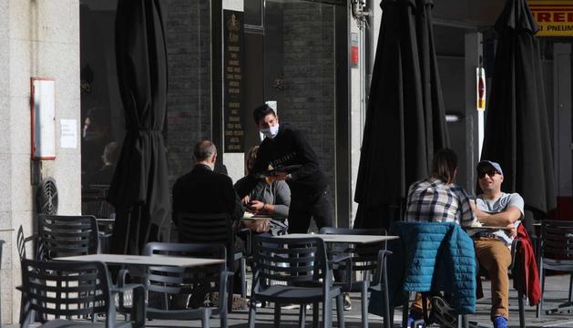 Les noves mesures limiten l'ocupació de les taules de bars i restaurants.