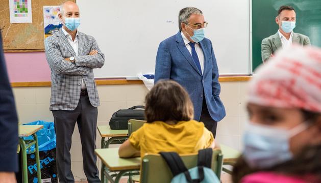 Javier Alfaya amb l'ambaixador Àngel Ros en la visita al María Moliner
