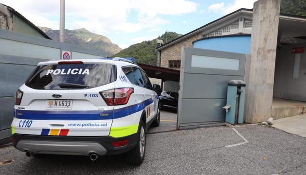 El vehicle de la policia entra a la presó amb l'acusat del crim