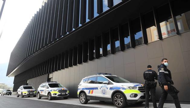 Agents de policia davant de la seu de la Justícia.