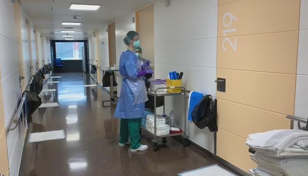 Sanitaris a l'ala Covid del centre hospitalari