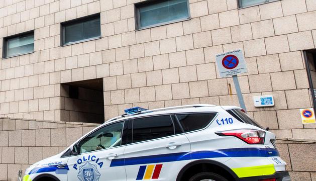 Un cotxe policial davant l'hospital.