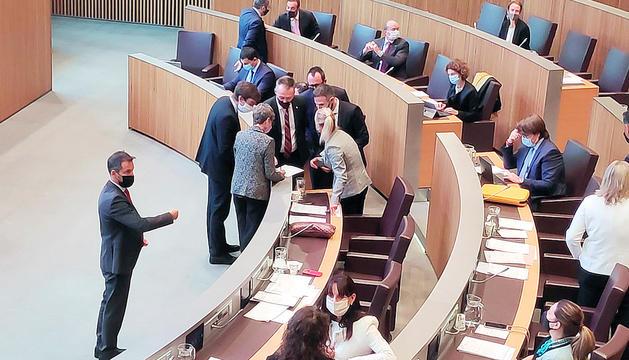 Consellers i membres del Govern durant una pausa del debat.