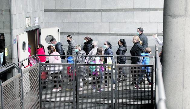 Famílies i alumnes a l'entrada de l'escola.