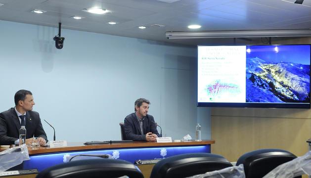 El ministre Jordi Gallardo i el director d'Actua, Marc Pons, durant la presentació