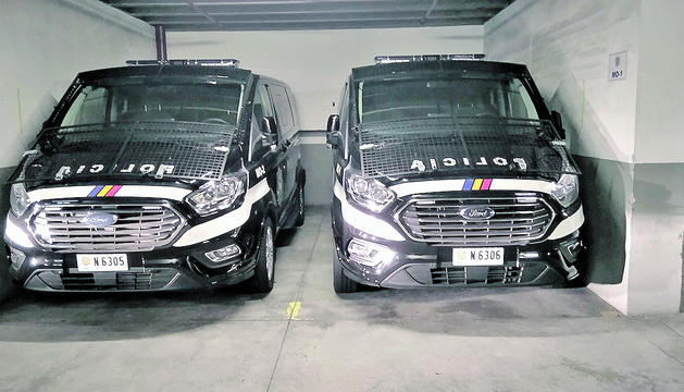 Les dues furgonetes per estrenar que faran servir els efectius del grup d'antiavalots.