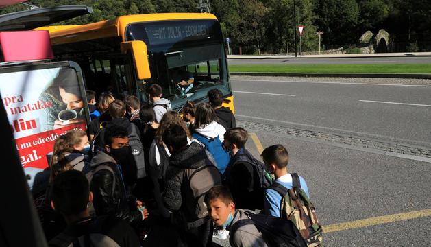 Estudiants accedint al bus lliure.