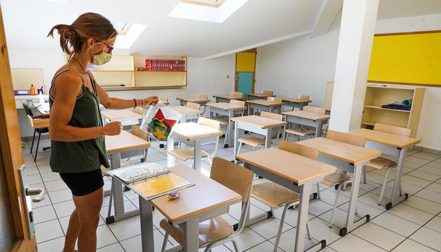 Una professora del Janer preparant les aules abans de començar el curs