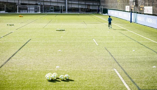 Un jugador de l'FC Andorra en una sessió d'entrenament a Prada de Moles.