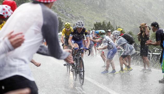 El resident Dan Martin i Chris Froome, pujant a Arcalís sota una intensa pluja a l'edició del Tour de França del 2016.
