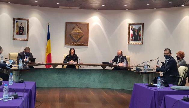 La cònsol major durant la sessió del consell de comú