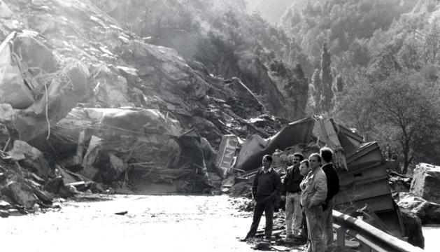 Tones de rocs van envair la carretera i van arribar fins al riu.