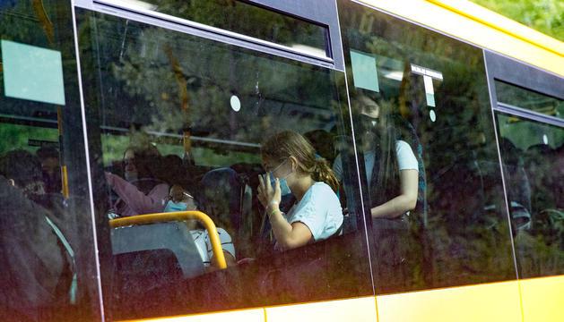 Alumnes amb mascareta viatjant en autobús.