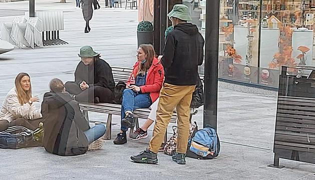 Turistes menjant al carrer,  darrera de la plaça del The Cloud.