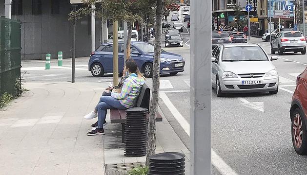 Turistes menjant en un banc del carrer de la Unió.