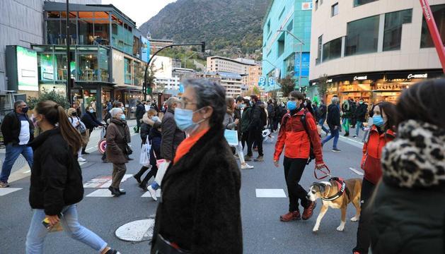 Turistes per l'avinguda Carlemany durant el pont del Pilar