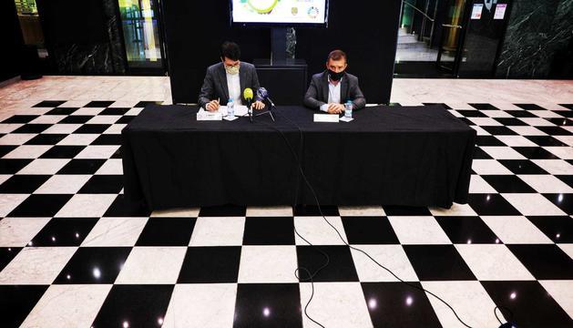 El director de BMS Consultoria Estratègica by BOMOSA Fundació, Albert Batalla, i el cònsol major de Sant Julià de Lòria, Josep Majoral, durant la presentació de la Jornada de Sostenibilitat.