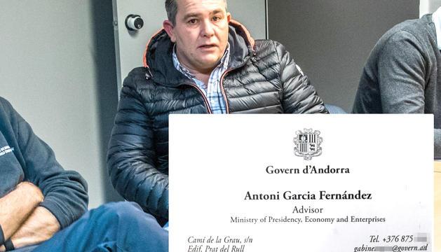 Antoni Garcia i la targeta de cortesia que entrega als clients.