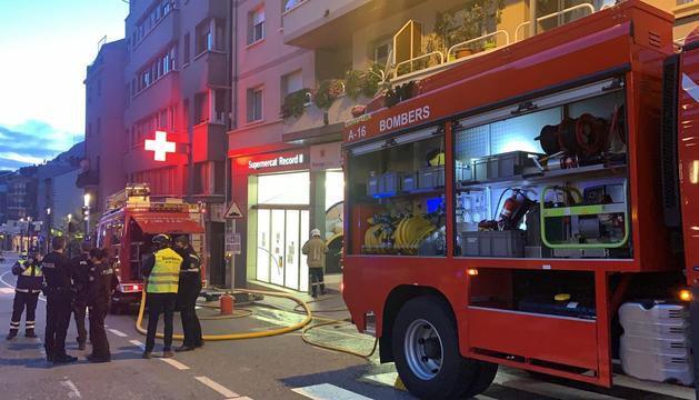 Un camió dels bombers, davant l'edifici on s'ha generat l'incendi.