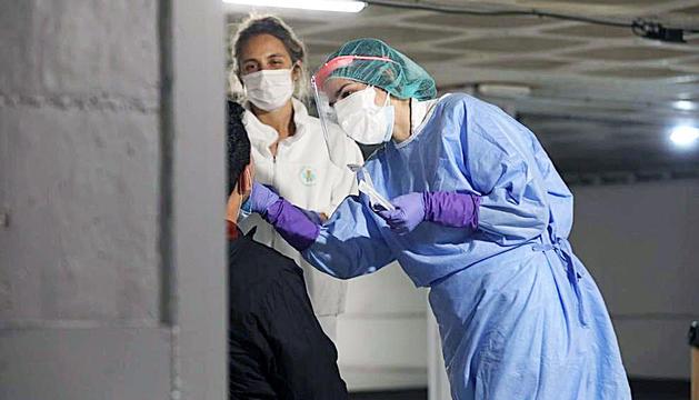Una voluntària fa una prova per detectar el coronavirus en un dels 'stoplabs' oberts.