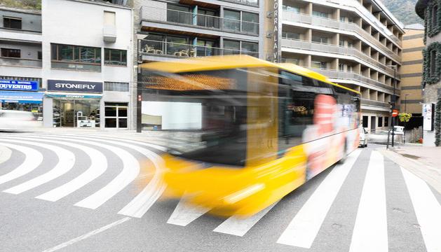 Un bus circulant pel centre d'Andorra la Vella.