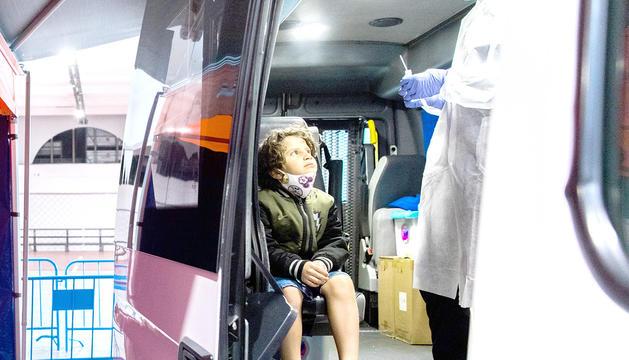 Un infant sotmetent-se a la prova de TMA a l''stop lab' mòbil d'Escaldes, ahir.