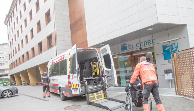 Transport d'una resident a l'entrada d'El Cedre.