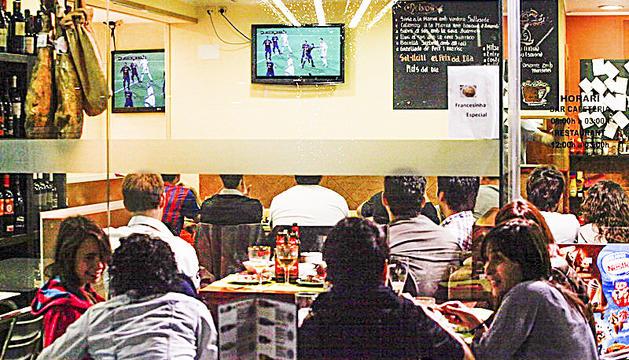 Aficionats veient el clàssic en un bar, en anys anteriors.