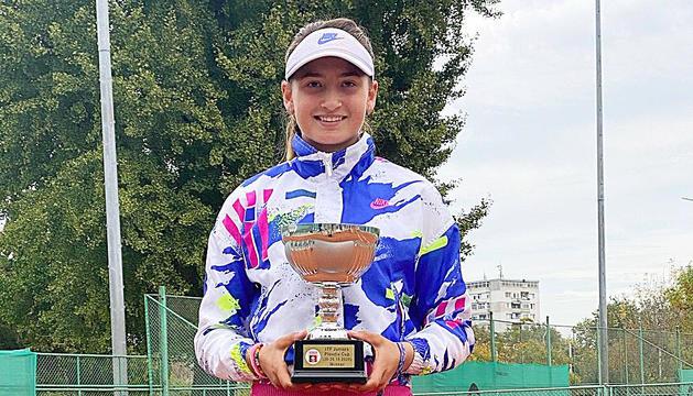 Vicky Jiménez Kasintseva amb el trofeu de campiona.